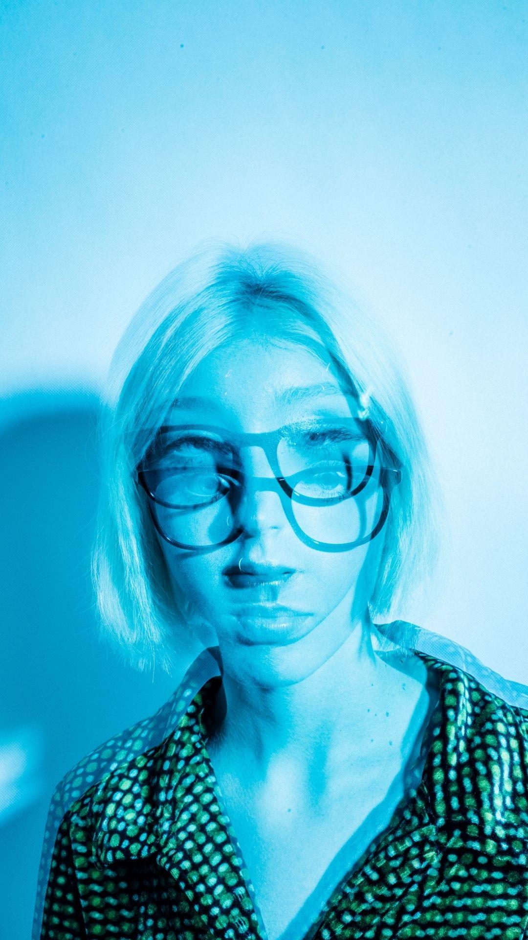 rozmazane zdjęcie modelki w okularach MUSCAT, niebieskie światło