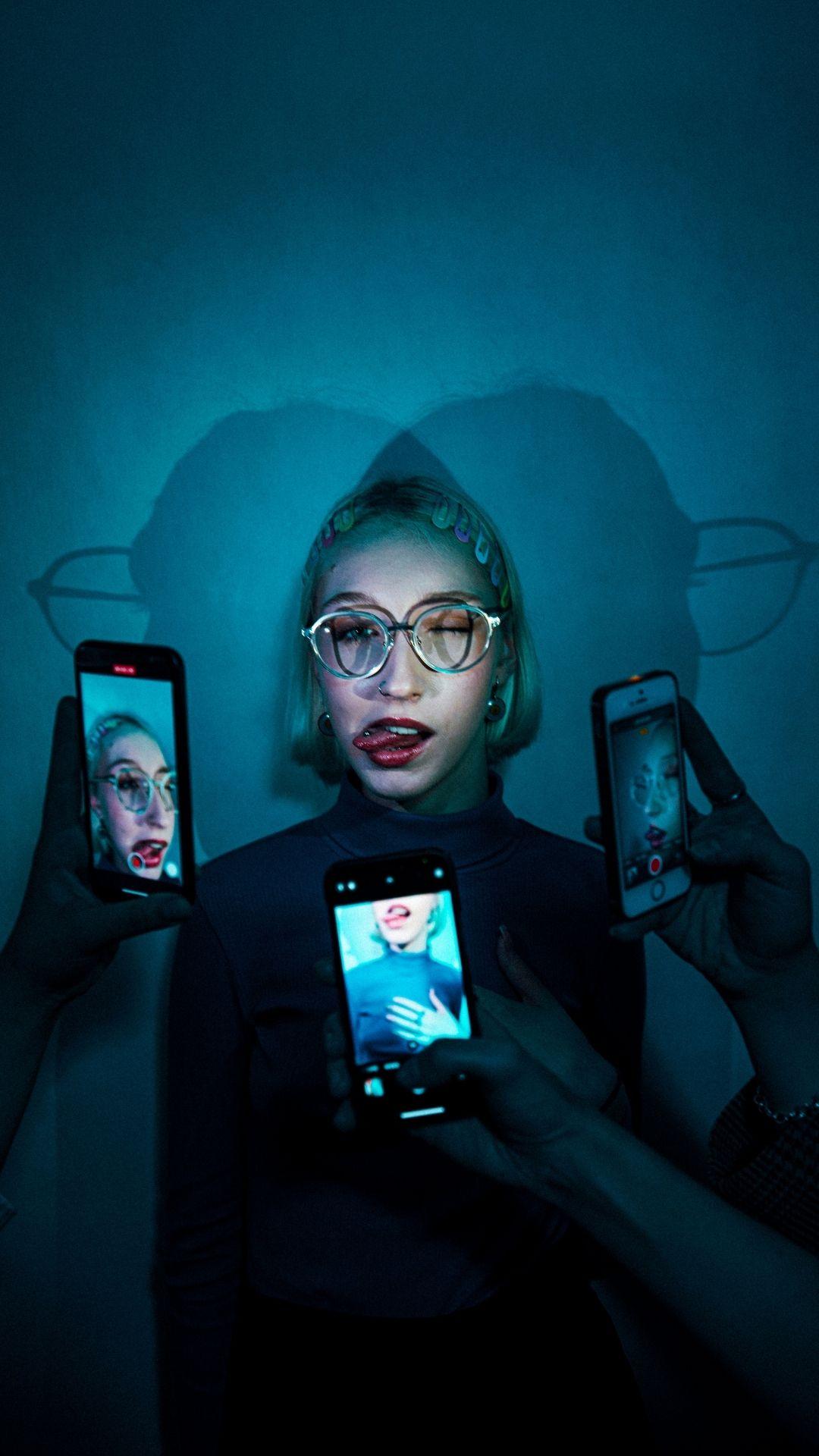 niebieskie światło, codzienność w erze cyfrowej, ekrany smartfonów robiące zdjęcie osobie w okularach do komputera MUSCAT Blue Block